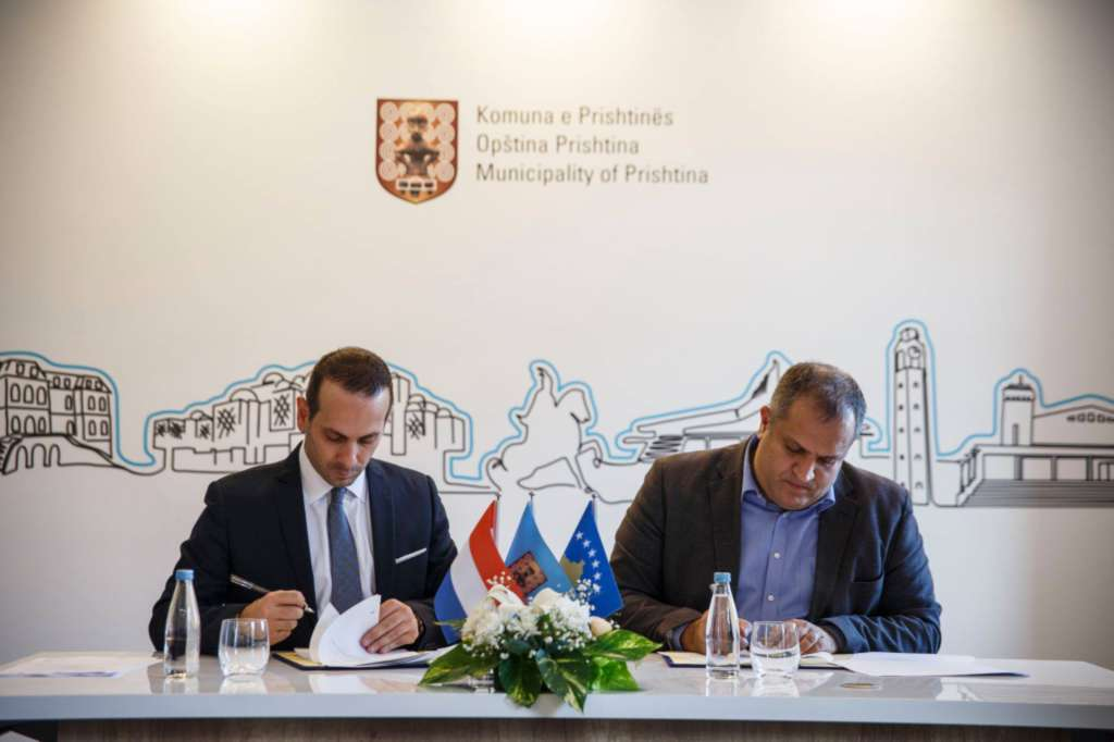 Signature_of_the_MoU_between_the_Municipality_of_Pristina_and_KSV020_for_the_upgrade_of_Gjin_Gazulli_School_to_a_CoC_in_ICT.jpg